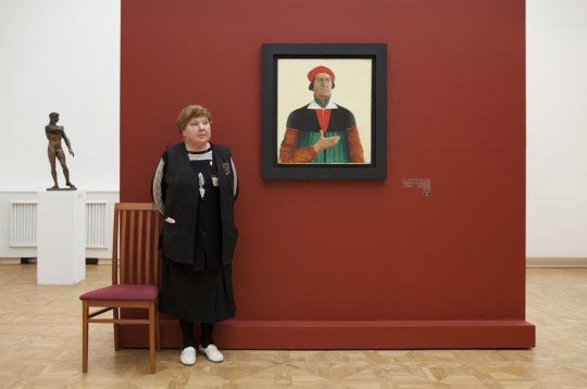 Andy Freeberg, Guardian with Malevich's Self Portrait, Russian State Museum